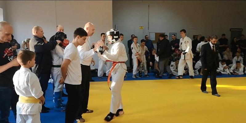 Даня выиграл финальный бой на чемпионате области по рукопашному бою