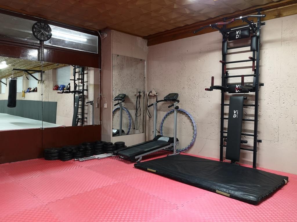 Спортивный зал клуба АРХАН: зона для работы с отягощениями - https://arhan.club/